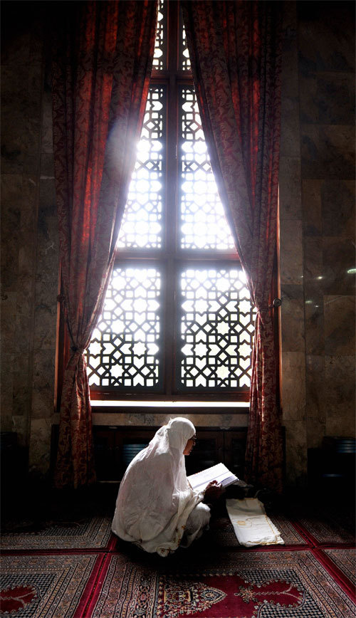 woman-reads-quran-in-jakarta